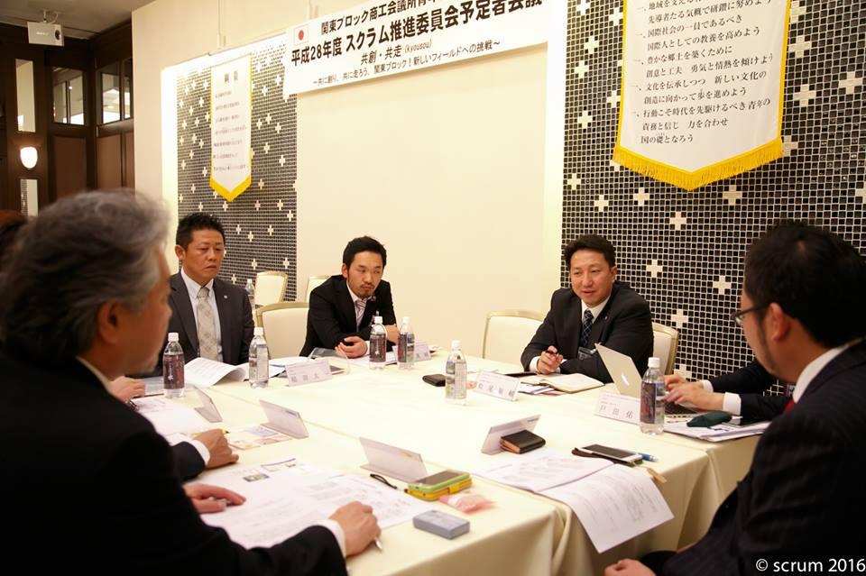 松尾祐輔チームリーダー(春日部YEG)を中心に議論する研修チーム。